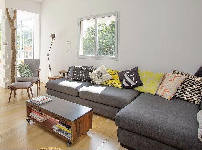 Sofá tapizado con tela gris LUX